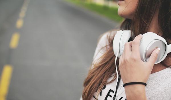 資格合格コラム|時には環境を変えて、気分転換!耳を使った試験学習という方法も。
